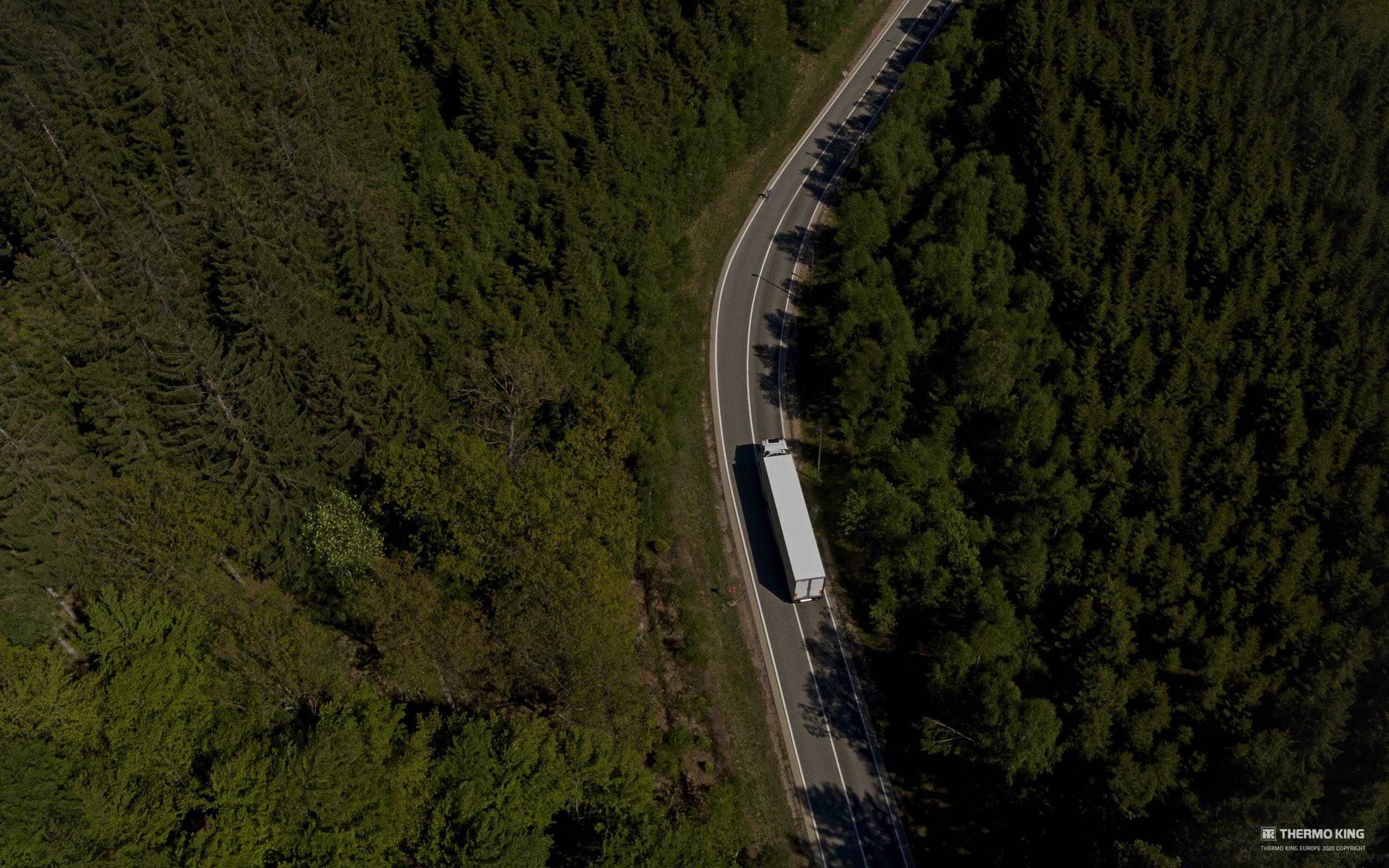 Advancer trailer boven bos